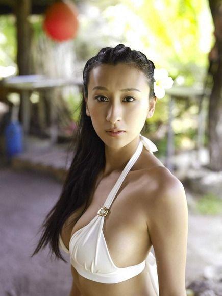 大人っぽい表情の浅田舞