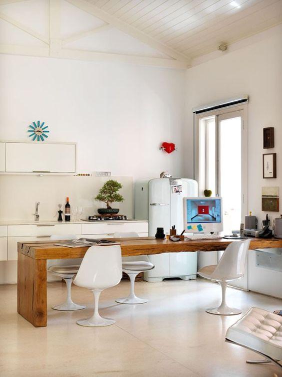 Escritório junto à cozinha, na mesa de jantar