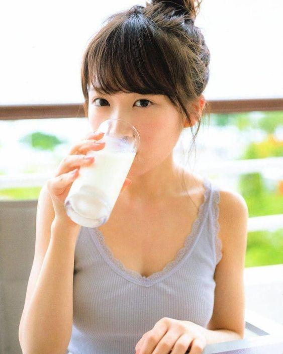 牛乳を飲むかわいい秋元真夏