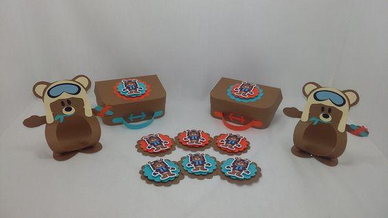 Kit de lembrancinhas para festa, tema Ursinho Aviador, composto por 60 itens, conforme descrito abaixo: <br>15 porta bombons confeccionados com papel 180 gramas, <br>15 maletas confeccionadas em papel 180 gramas, <br>30 toppers confeccionados em papel 180 gramas, <br> <br>Todos os itens são decorados com papel de scrap 180 gramas. <br>Todos os produtos podem ser vendidos separadamente. <br>Pode ser produzido em outras cores e temas.
