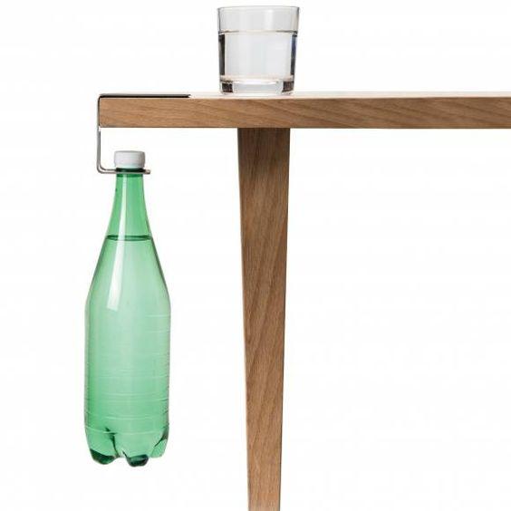 Entre lui et vous, il y a toujours une bouteille...Cet élégant porte-bouteille vouspermettra de faire disparaître les disgracieusesbouteilles d'eau de vos tables.