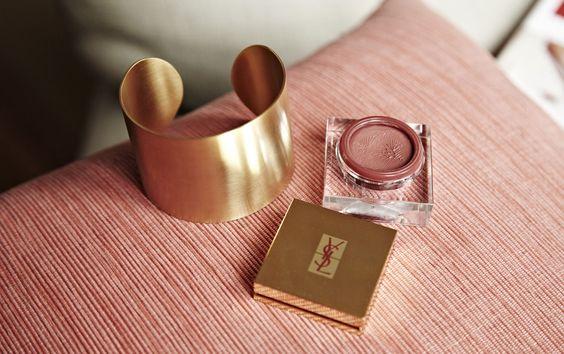 Brazalete de Maramz y color de labios y colorete, todo en uno, de Yves Saint Laurent, Creme de Blush Number 8