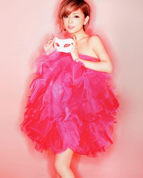 ピンクのドレスを着た浜崎あゆみ