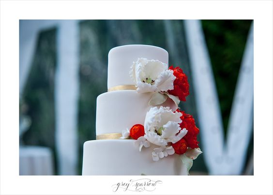 red and white wedding cake by Luisa Galuppo