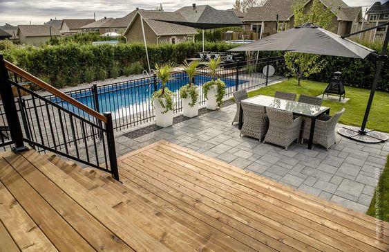 Superbe galerie en c dre rouge teint la sortie de la maison avec patio donn - Plan maison avec patio ...