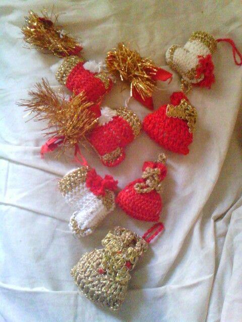 È ancora presto per pensare al Natale, ma vi propongo queste piccole calze della Befana e dei sacchettini, da appendere all' albero; un idea divertente per portare la magia  del Natale, tutte realizzate all' uncinetto