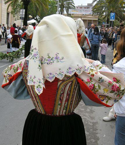 Corpetto con fazzoletto del costume femminile di Sennori | by carta.leonardo