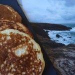 Je vous propose de découvrir la recette des Kouigns : « gâteaux » en Breton ! Spécialité du Pays Bigouden, la recette est très proche de la pâte à crêpe classique avec de la levure de boulanger en plus.  Alsacienne d'origine, la Bretagne est ma région de coeur, des souvenirs de vacances j'en ai des tonnes de cette belle région ! ...