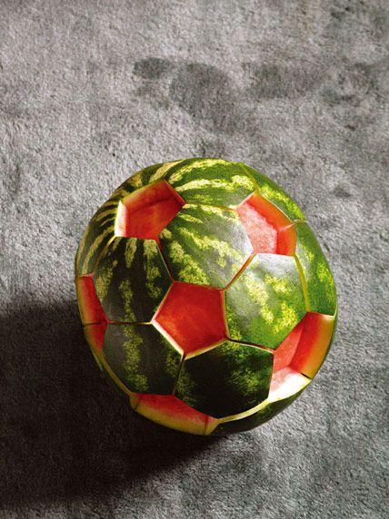 Una sandía cortada como una pelota de fútbol:
