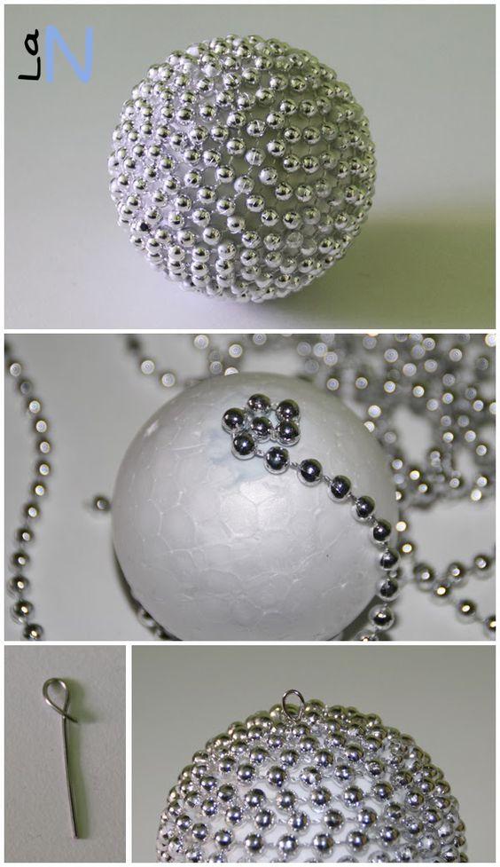 Haz tus propios adornos para el árbol de Navidad con bolas de porexpan y cadeneta: http://laneuronadelmanitas.blogspot.com.es/2013/11/bolas-para-el-arbol-de-navidad-vol-3.html: