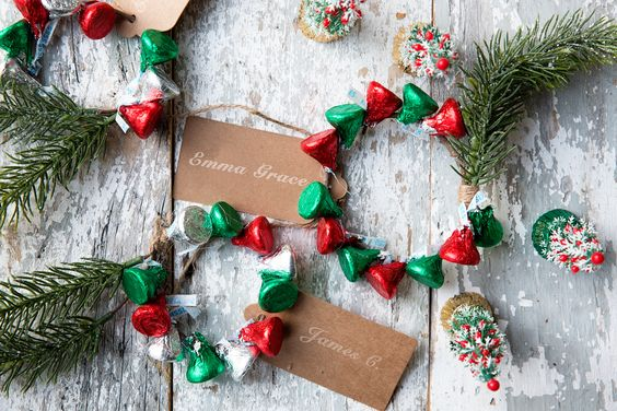 May your DIYs be merry, bright + delicious like these step-by-step projects for making your own Christmas tree decor using HERSHEY'S chocolate! #partner