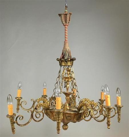 Lustre en bois sculpté et doré, à huit bras de lumière, à décor