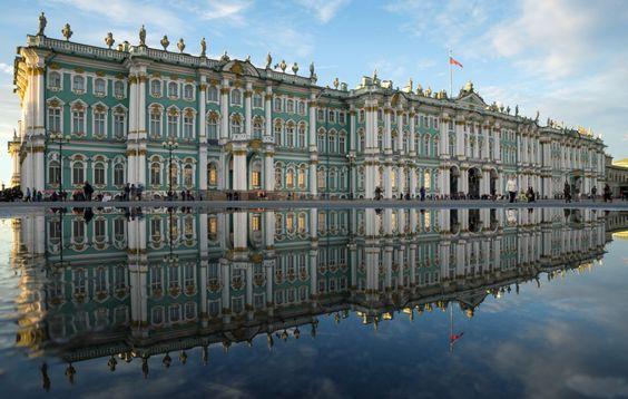 Palais d'Hiver, Russie - Ce palais impérial, situé au cœur de Saint-Pétersbourg, a été construit de 1754 à 1762 à la demande de l'impératrice Élisabeth, fille de Pierre le Grand. Aujourd'hui, les bâtiments accueillent le musée de l'Ermitage, le plus grand musée du monde en termes d'objets exposés. Le palais est considéré comme un joyau de l'art baroque russe ; chaque façade est décorée différemment.