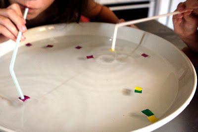 spelletje: gekleurde stukjes tape opzuigen met een rietje, ieder zijn eigen kleur
