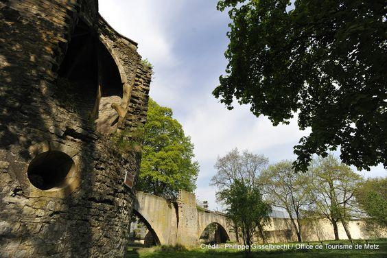 Le circuit des remparts, qui permet de découvrir les vestiges des fortifications de la ville de Metz.  Découvrez le en venant nous rendre visite :-) ! www.tourisme-metz.com/fr/courts-sejours-pour-individuels....