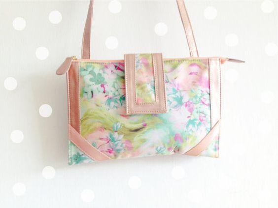 Bolsa vegana de textil y vinil con estampado floral por MinaShoes