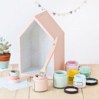 Des étagères en forme de maison pour la chambre de bébé Dénichée sur le blog de Prima, ce petit Do It Yourself vous propose de fabriquer des étagères en forme de maison à moindre coût. Pour cela, i...