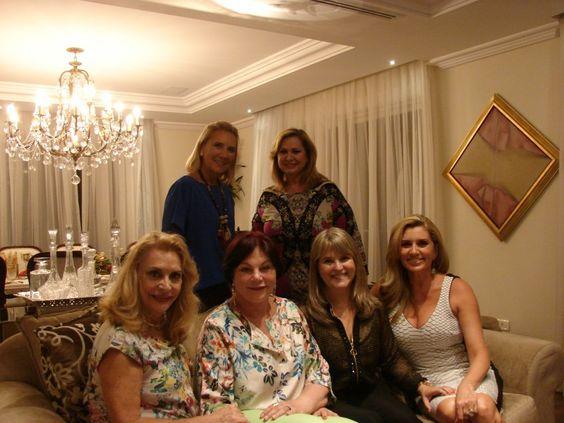 Em pé, Maria Helena Pereira Oliveira e Ana Maria Kohane. Sentadas, Lilyan Vargas, Ironita, Rose Vezozzo e Lilyana Vargas Ribas.