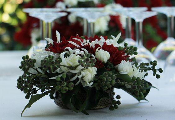 """Celebrare con i crisantemi.  In Cina é Giappone, è il fiore donato alle giovani spose per il matrimonio; è inoltre il fiore delle celebrazioni importanti. In Inghilterra è dedicato alle nascite e in gran parte dell'Europa è legato a sentimenti positivi di amore e gioia. In Italia spesso vieni associato al lutto e dolore, ma i colori vivaci e decisi della folta fioritura parlano forte del suo giusto significato: Verità e gioia.   (tratto da """"Il linguaggio dai fiori"""" Demetra)"""
