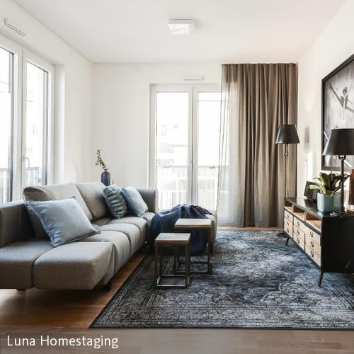 Wohnzimmer Industrial Style. Ein tolles graues Sofa das perfekt mid dem blaugrauen Teppich harmoniert. #Wohnzimmer #roomido #einrichten