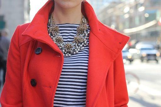 Casaco vermelho com blusa listras