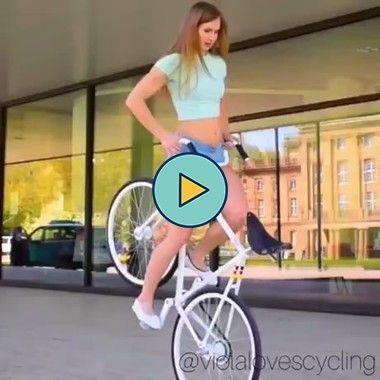 Mulher faz coisas incríveis na bicicleta