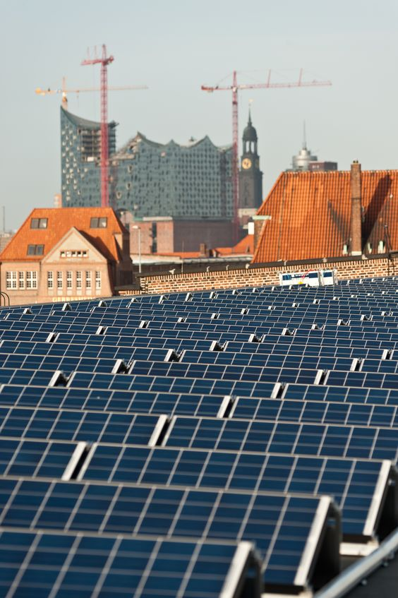 Auf den historischen 50er #Kaischuppen befindet sich auf einer Fläche von 33.000m2 eine der größten #Solaranlagen von HAMBURG ENERGIE. Mehr zum Thema #Solarenergie: http://www.hamburgenergie.de/privatkunden/energieerzeugung/solarenergie/ #hafen #elbphilharmonie #hamburg #hafenmuseum #hamburgenergie