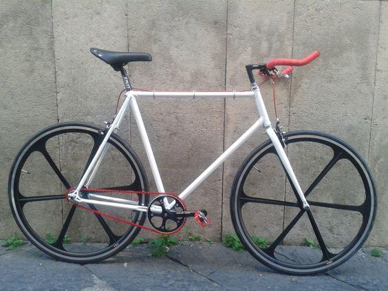 #fixed #bici #scattofisso #singlespeed #crealatuabici #design #fixedgear #troianocicli #ftroiano #vintage #biciepoca #bicicletta #ciclismo #brooks #velo #brn #london #milanofixed #kitfixed #ruotefixed #ruotearazze #ruote6razze #soloacciaio #catenarossa #senzafreni #forcelladritta #nastromanubrio #manubriobullhorn #bullhorn #uno #moda #bicivetrina