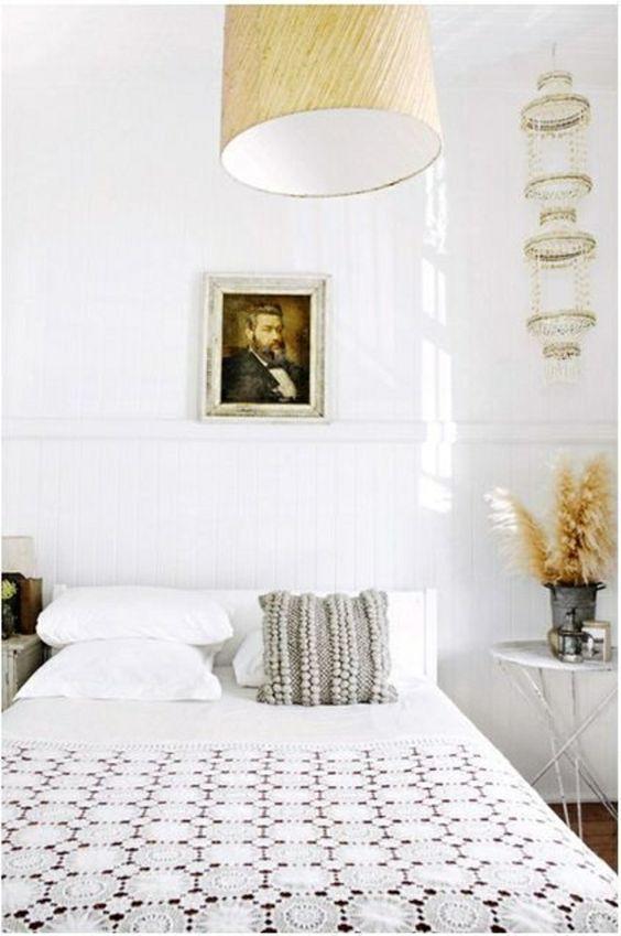 chambre a coucher blanc lit avec lustre suspendu, peinture murale,