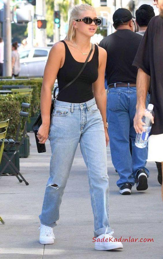 2020 Mom Jean Kombinleri Mavi Mom Jeans Siyah Askili Bluz Beyaz Spor Ayakkabi Celebrity Outfits Outfit Jeans Sevimli Kiyafetler