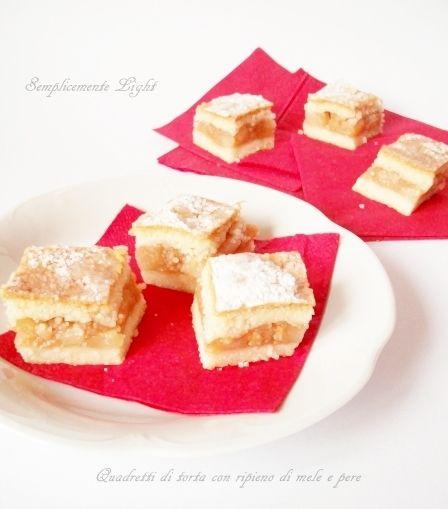 Quadretti di torta ripieni di mele e pere