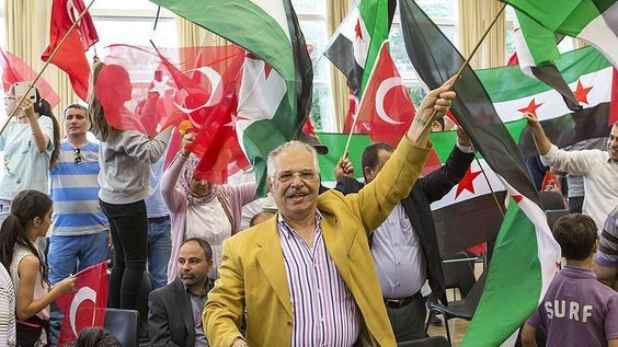 Warga Suriah dan Turki di Inggris Gelar Doa dan Dukungan untuk Pemerintahan Erdogan  LONDON (SALAM-ONLINE): Warga Suriah dan Turki di London berkumpul bersama pada Ahad (24/7) untuk menyatakan rasa syukurnya atas kegagalan kudeta 15 Juli terhadap pemerintahan Presiden Recep Tayyip Erdogan.  Acara di Greenford London utara itu diselenggarakan oleh kelompok Perdamaian dan Keadilan untuk Suriah bekerjasama dengan Uni Demokrat Turki-Eropa di London.  Pada kesempatan itu warga Suriah membawa…