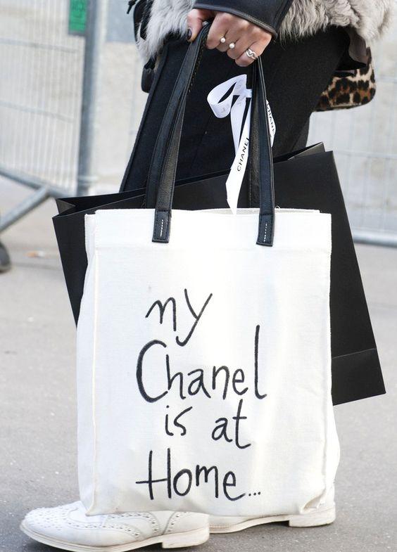 Il suffit parfois d'un feutre noir et d'un peu d'humour pour booster l'allure d'un tote bag !