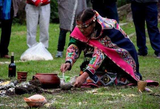 Cada 1 de agostolos pueblos indígenas del noroeste de Argentina, Bolivia y Perú inician la celebración a la Pachamama,su diosa protectora y proveedora, que posibilita la vida y favorece la fecundidad y la fertilidad.El significado de esta divinidad, adorada por los pueblos ancestrales de los andes, deriva de la lengua quechua. La pacha es el todo, el tiempo, el cosmos y el espacio; la mama es la madre naturaleza del planeta tierra.En su concepto más sencillo la Pachamama representa a la…