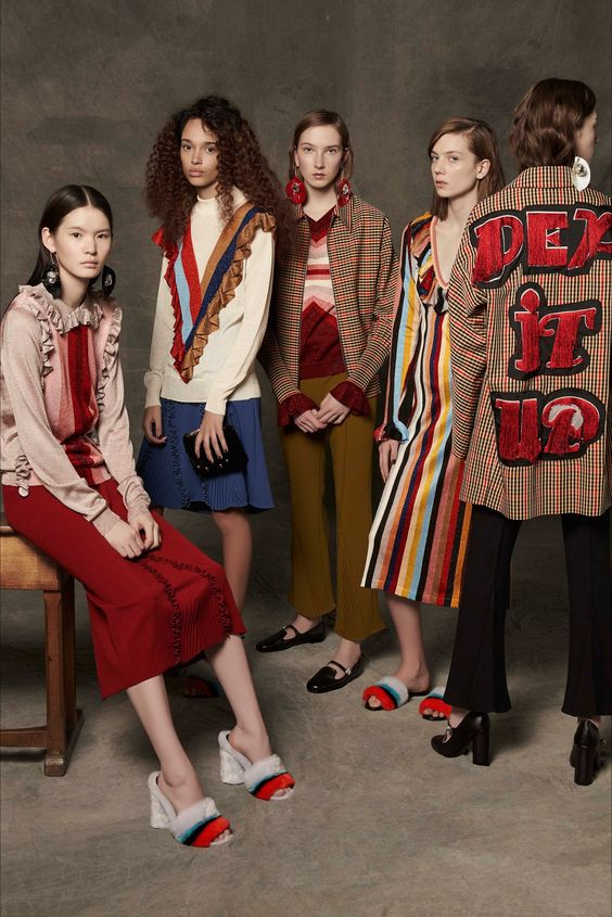 Guarda la sfilata di moda Marco De Vincenzo a Milano e scopri la collezione di abiti e accessori per la stagione Pre-Collezioni Autunno-Inverno 2017-18.