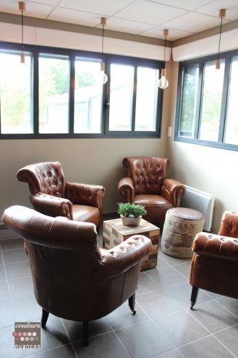 Rénovation et décoration à Lamballe (auto-école), coin salon, décoration industrielle, fauteuil cuir, suspension cuivre