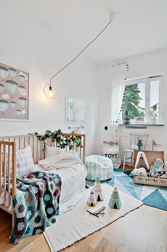 Chambre d'enfant, joli camaïeu de bleu, tapis graphique | kid's Bedroom, bleu monochrome, graphic rug: