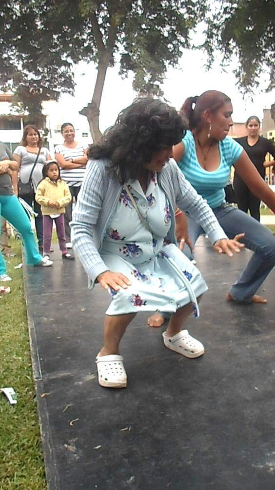 Una de las mamis demostrando su talento por el festejo.