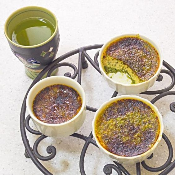 八十八夜に摘んだという新茶を、静岡に暮らす姉からいただきましたから、新茶を入れたクリームブリュレを作ってみました。 実は、スパイス好きゆえ、インドネシアのチョベと呼ばれるスパイスとかをすり潰す石臼?を持ってます。これで新茶をすり潰して入れました。茶葉とか、岩塩の塊とかを粉にするのに便利なんだよ。ミルがある人はそれでもいいね。 緑茶部分が沈んで層になってるけど、粉状にしてあるから、滑らかです。試しに小さいココット3つ分だけ作ったけど、倍の量作ってもすぐなくなりそう☆*:.。. o(≧▽≦)o .。.:*☆ - 127件のもぐもぐ - すり潰し新茶で緑茶ブリュレ by Nao ペロン