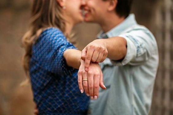 """WEBSTA @ reisman_aliancas - ✨ """"Como anunciar que estamos noivos?!""""💍 .Após o noivado, é bem legal que os noivos comuniquem os amigos e familiares mais próximos sobre esse acontecimento. Por isso, vale a pena gastar um tempinho ligando para alguns parentes e se reunindo com os amigos para contar a novidade! Com certeza as pessoas mais próximas a vocês vão se sentir especiais com essa atenção e vão comemorar muito!🎉🎊😃 Obviamente, existem diversos outros colegas que também gostariam de…"""
