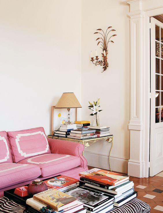 Gran salón - AD España, © Antonio Terrón En el salón, Carolina se inspiró en los muebles de los años 40 para diseñar el sofá, obra de un tapicero local.