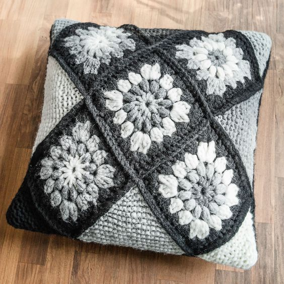 Подушки и пледы в стиле «бабушкиного квадрата» крючком. Много схем