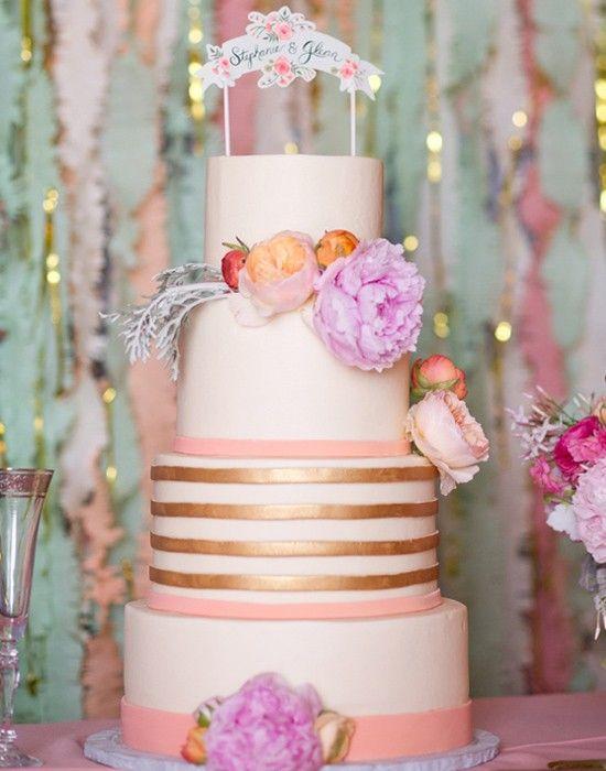Alternar texturas virou tendência. Aqui, as faixas douradas trazem elegância ao bolo.