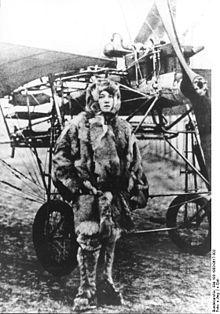 """13. Sept. 1911: Melli Beese absolviert an ihrem 25. Geburtstag mit einer Rumpler-Taube die vorgeschriebenen Runden und Figuren zum Erwerb einer Pilotenlizenz und erhält danach als erste Frau in Deutschland die """"Flugzeugführerlizenz""""."""