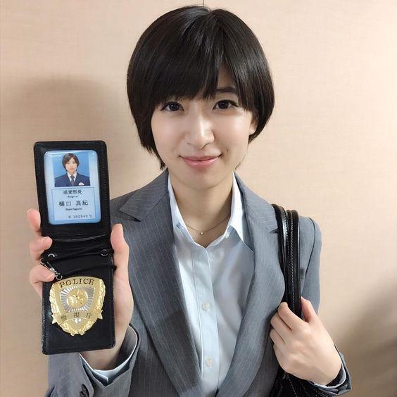 警察手帳を持つ南沢奈央
