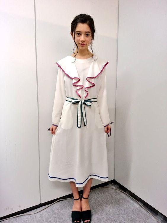 白ワンピースの桜田ひより