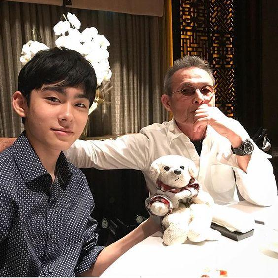 ぬいぐるみを片手にポーズをとる八代目市川染五郎のかっこいい画像