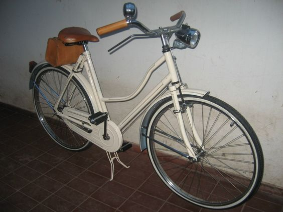 $2600 mendoza Bicicleta inglesa restaurada rod 26. rueda fina. cuadros nuevos, reforzados. completas, con inflador de acero a tono con el cuadro, cartuchera de cuero, puños de cuero, asiento de cuero, juego de luces de acero cromado con luz alta y baja dínamo y luz trasera roja.  Podés elegir el color del cuadro de los filetes, de los accesorios de cuero!   El portapaquete es opcional, está incluido en le precio.  Los accesorios son %100 cuero. Con portaherramientas