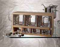 benfershop.de - Schüttenkasten Holz inkl. 7 Vorrats- bzw Gewürzschütten - Schüttenregal T29 Holzschüttenkasten, Gewürzschütten Regal, Eckverbindungen mit klassischen Fingerzinken,  und eingelassenen Beschlägen für die Wandaufhängung,  inkl. sieben Bleikristall- Glasschütten oder Keramikschütten.
