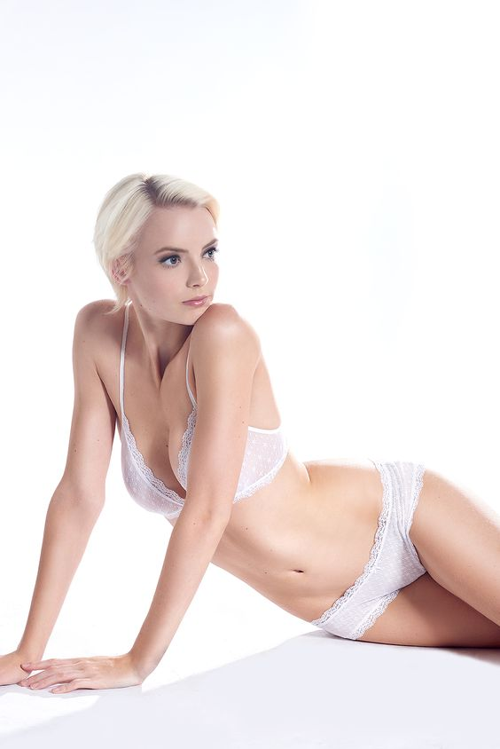 White-Winter-Lingerie-Editorial-Ebergey-white-lace-lingerie-christmas-festive-underwear-lingerie-la-femme-071.jpg